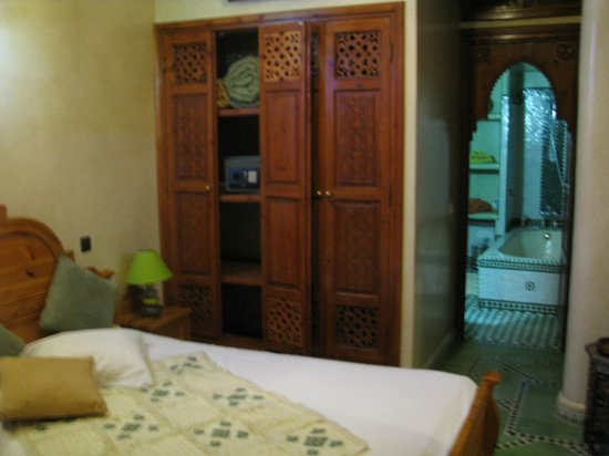 Riad El Wiam: habitación con el baño al fondo