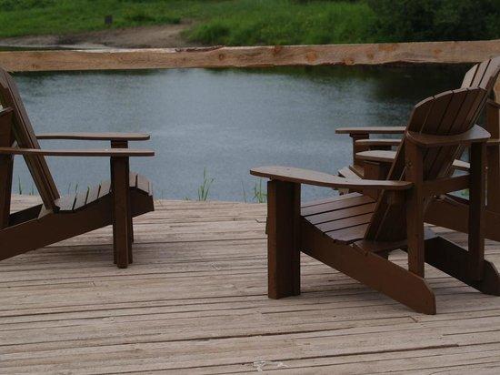 Auberge des Pins Rouges: Profitez de la terrasse, chaises confortables