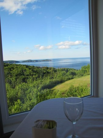 Castlerock Country Inn: That wine glass was filled pretty fast - what a view!!