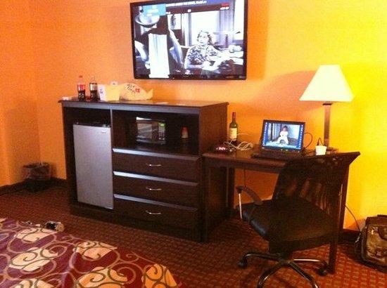 Days Inn Queensbury/Lake George: Mocrowave, fridge, dresser, desk, and nice big TV