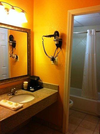 Days Inn Queensbury/Lake George: Acceptable washroom/sink area