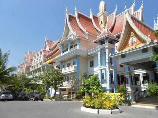 Aonang Ayodhaya Beach Resort: Frente del hotel