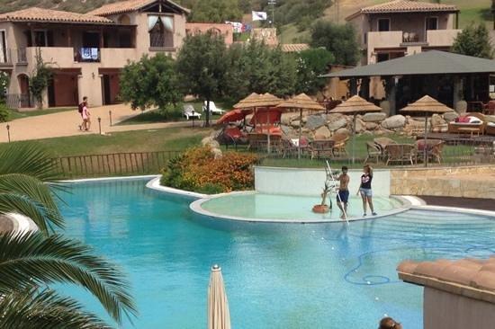 S'Incantu Resort: la piscina durante la pulitura il giorno che è stata inagibile