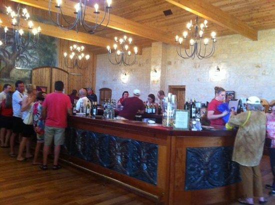 Becker Vineyards: Large tasting room.