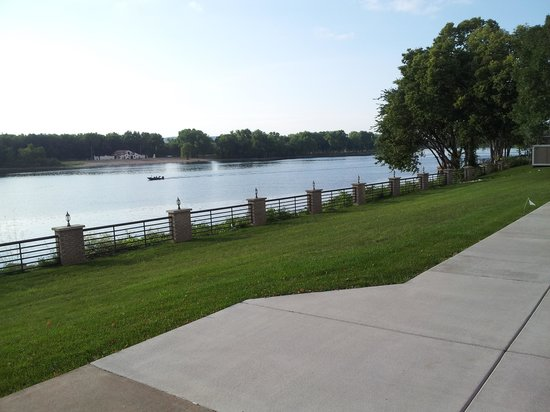 Courtyard La Crosse Downtown/Mississippi Riverfront: River view from back of hotel