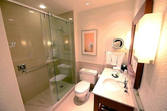 The Westin Calgary: Baño con ducha muy amplia