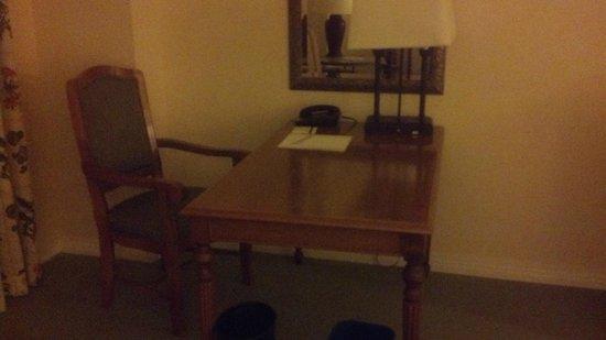 The Westin Stonebriar Hotel & Golf Club: Desk with bad chari