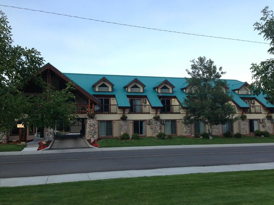 Waterton Glacier Suites: View of Hotel