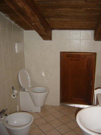 Hotel Il Forno Antico: il bagno mansardato... i maschietti devono sedersi, la distanza pavimento-trave sarà max 1,60 m.
