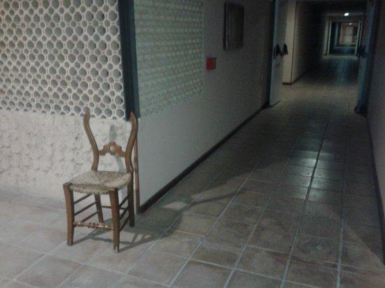 Bahia Sur Hotel: Sillas rotas por los pasillos