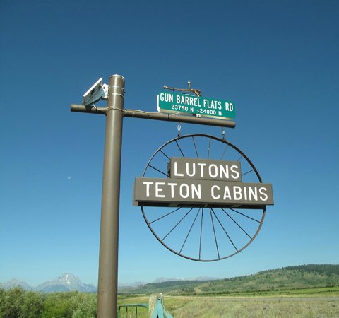Luton's Teton Cabins : Main Entrance