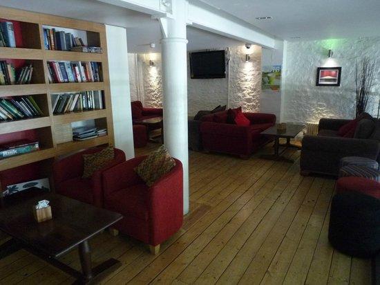YHA Bristol : mezzanine met leeskamer en luie banken