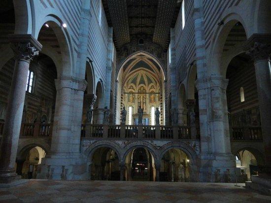 Basilica di San Zeno Maggiore: L'interno, verso l'altare maggiore