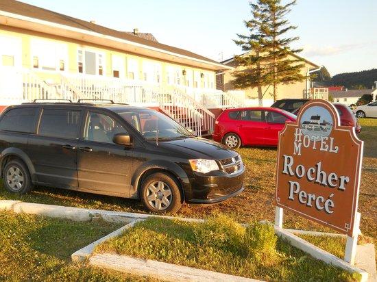 Hotel Motel Rocher Perce: Stationnement à l'arrière du motel.