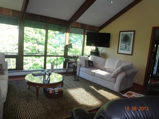 Lioness Lake Bed & Breakfast: Large picture window of living room provides awesome view