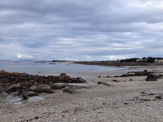 Cloch na Scith Thatched Cottage: beautiful shoreline on the way into Spiddal