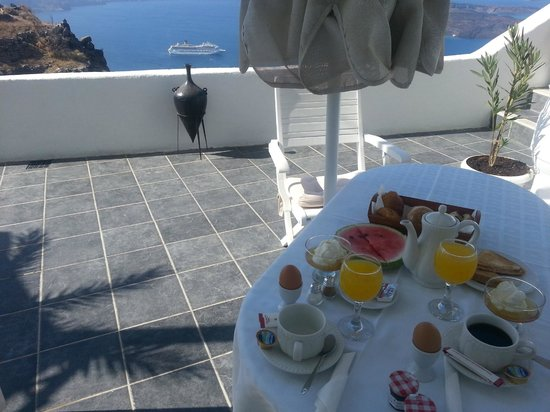 Aeolos Studios & Suites: Lovely breakfast served at our veranda every day