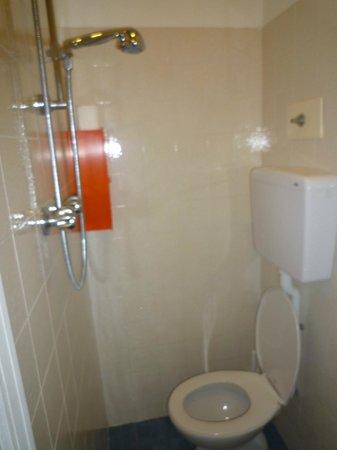 Hotel Sole Mio : doccia proprio sopra il wc nell'esiguo spazio tra la parete e il wc