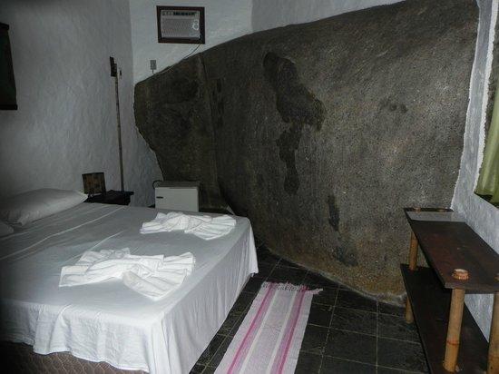 Pousada Cachoeira: quarto com a pedra
