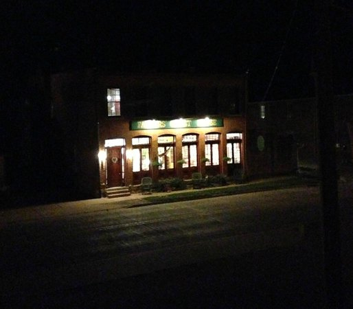 Farmers Guest House : Street view at night