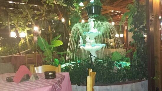 Sunset Taverna: fontana all ingresso