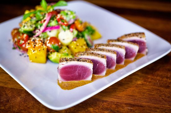 Houston's: Sashimi Tuna Salad