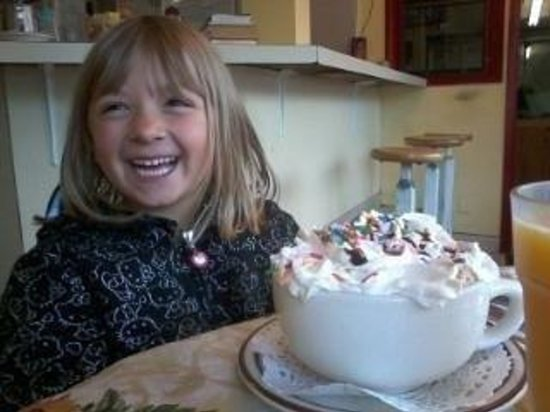 "Seiad Valley, Kalifornien: My daughter with her ""MONSTEROUS"" hot cocoa !"