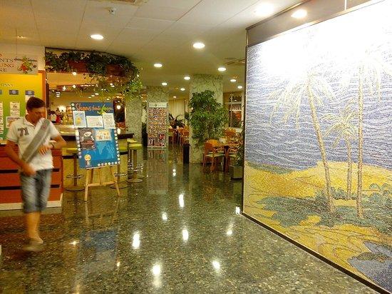 Hotel GHT Oasis Tossa & SPA : hall de l'hôtel