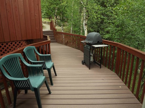 Healy Heights Family Cabins: Deck leading to Willow