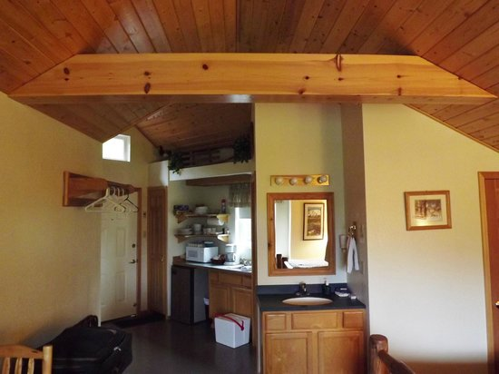 Healy Heights Family Cabins: Kitchen Area of Willow cabin