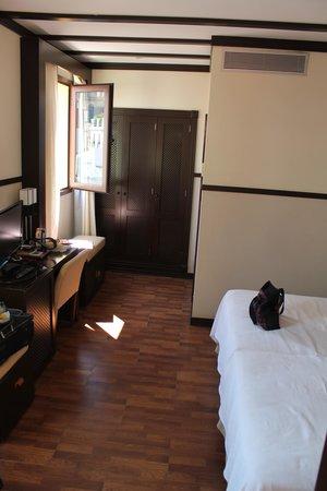 Alminar Hotel: View From Door