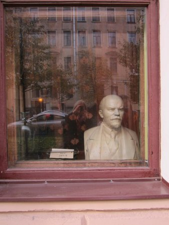 Peter's Walking Tour: Bust of Lenin Soviet Nostalgia Bar, St. Petersburg, Russa