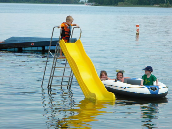 Woodland Resort: Nice swimming beach with raft and slide