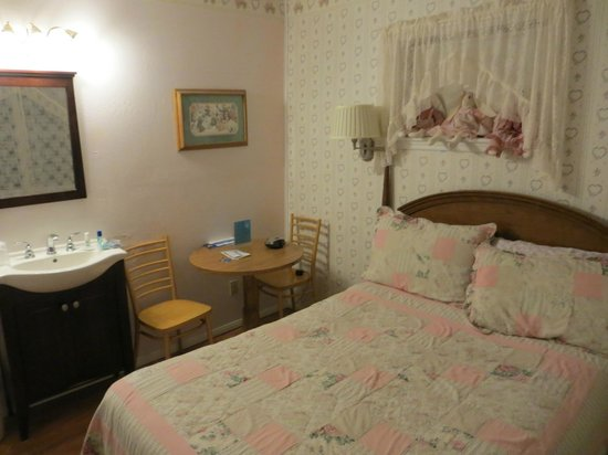 Canyon Country Inn Bed & Breakfast: Lovely room, just a little bit small