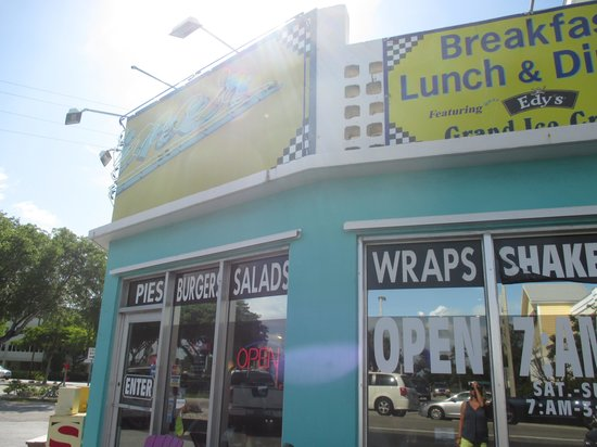 DJ's Diner and Seafood Grill: Outside