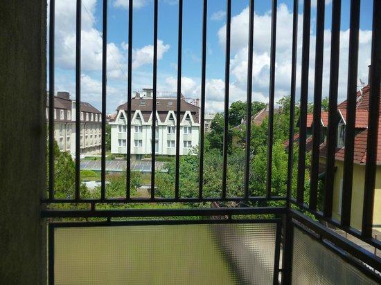 Bara Junior Hotel : Balkon z kratami. Widok z pokoju Bara Junior ** na hotel Bara ***