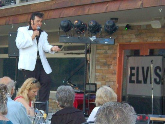 Mayne Island Resort : Elvis show
