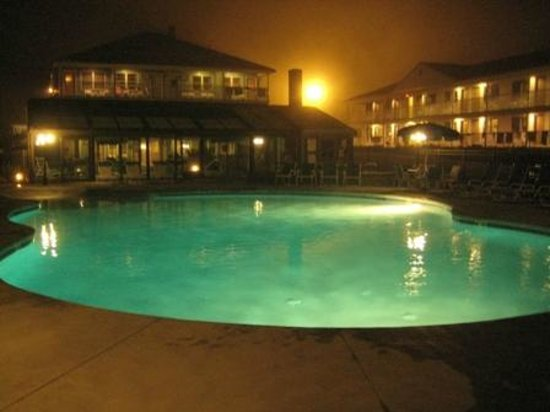 Mariner Resort : pool at night