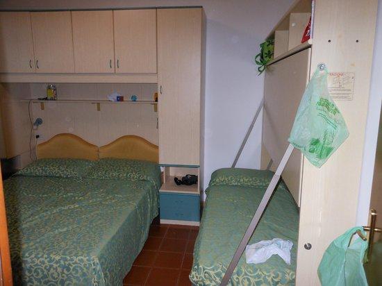 Hotel Villa Bruna : camera con letti a castello