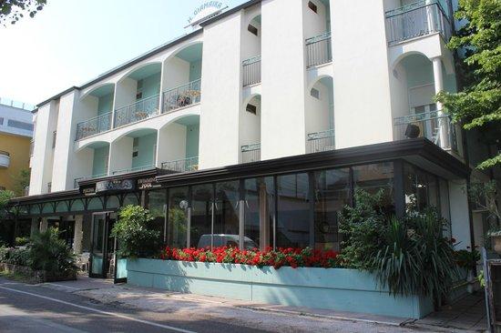 Hotel Giamaika: Blick von der Straße aufs Hotel