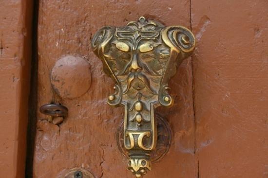 Hostal Luis XVIII: particolare del portone d'ingresso