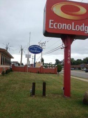 FairBridge Inn Express Gurnee: Both motel names displayed