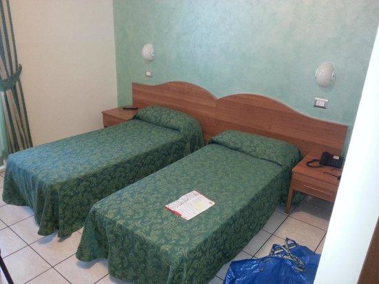 22 Marzo Hotel: Zimmer mit zwei Einzelbetten