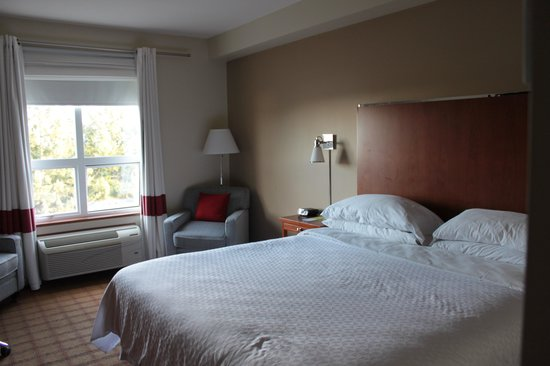 Four Points by Sheraton Victoria Gateway: Comfy King Bed
