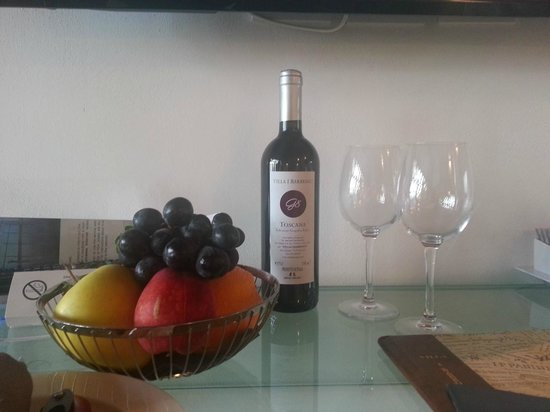 Villa I Barronci: Wine and fruit waiting in our room