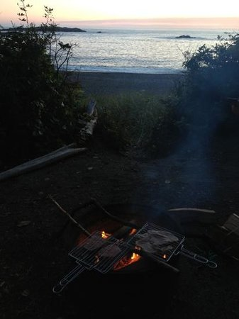 Wya Point Resort: Firepit in oceanview campsite