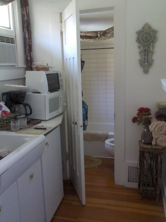 DeLaunay House: Bathroom thru kitchen
