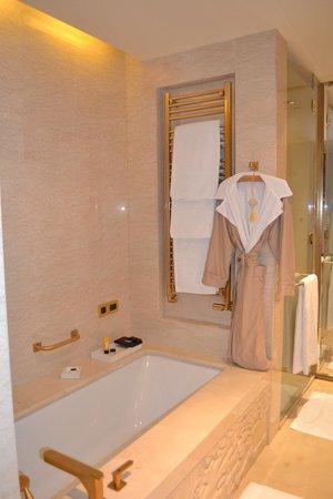 Pangu 7 Star Hotel Beijing: Otra vista del baño