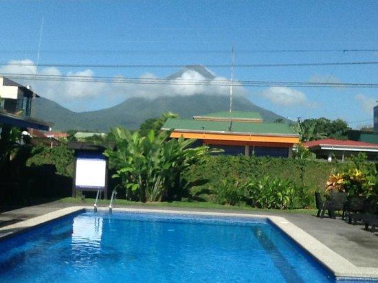 San Bosco Inn: Area de la piscina, al Fondo el impresionante volcán Arenal