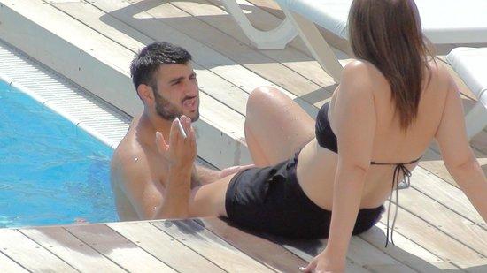 Ein Bokek, Izrael: More smoking on the swimming pool.